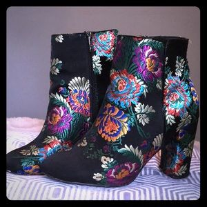 🌸💐Beautiful Satin Embroidered Heeled Boots💐🌸